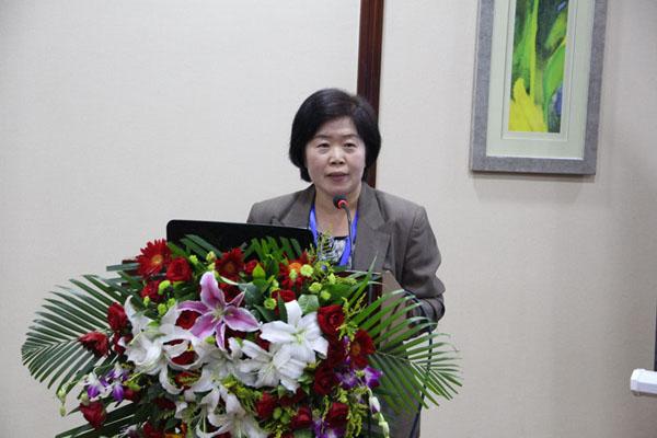 中华林学会黄丽萍代表中华林学会顾问李桃生做《森林经营与世代正义》的主旨报告